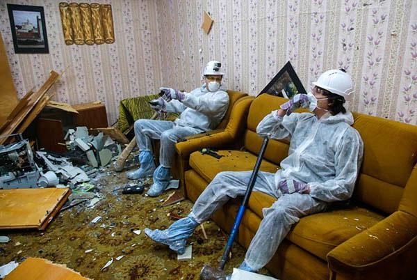 в Барнауле появился необычный аттракцион, где официально разрешено крушить мебель, посуду и бытовую технику
